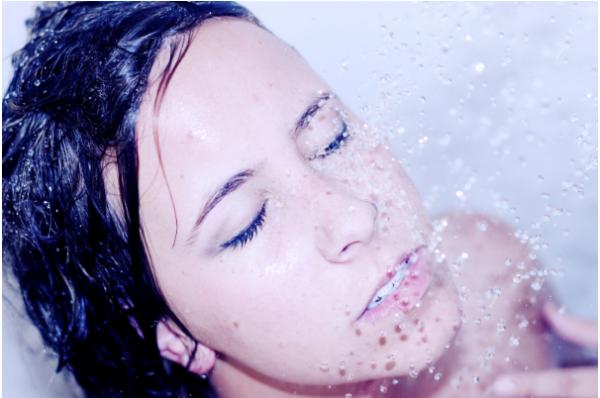 vrouw aan het douchen